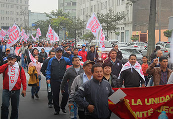 Maestros marchando por las calles de Lima