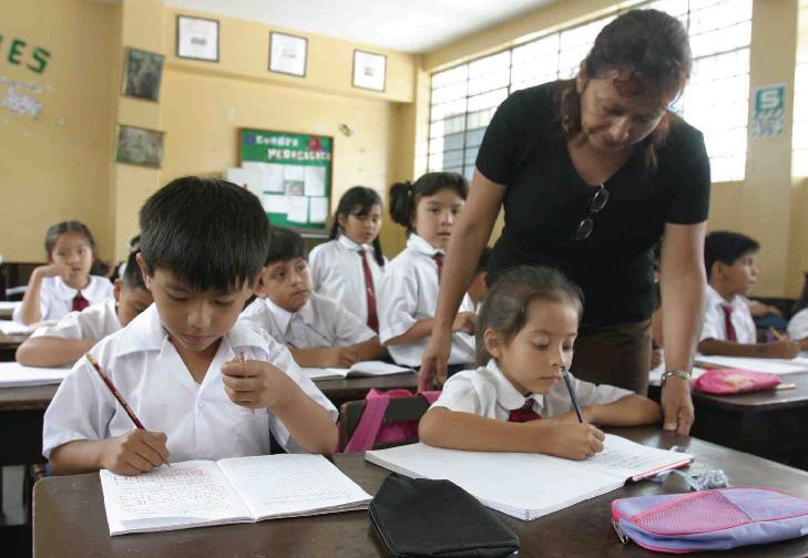 Maestra enseñando a sus estudiantes en colegio en Perú