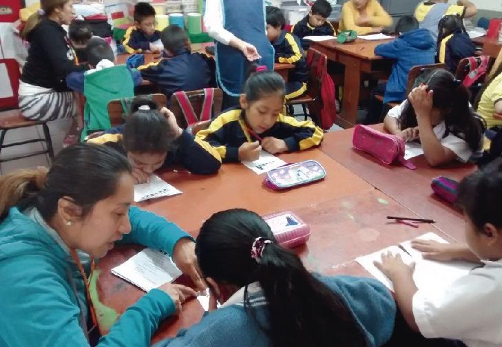 Maestra enseñando a sus estudiantes en aula