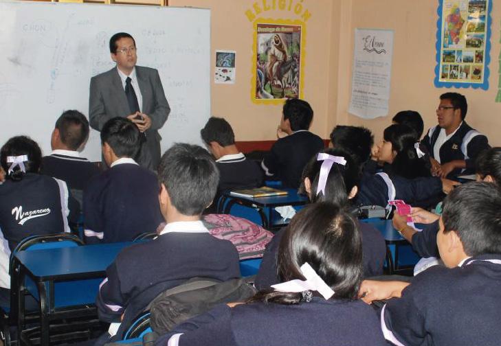 Maestro dictando clases de educación sexual a alumnos y alumnas.