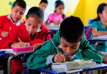 niños aprendiendo en la escuela