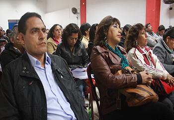 Maestros reunidos discutiendo elección de sus dirigentes regionales
