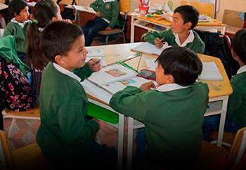 Niños estudiando en aula de clase