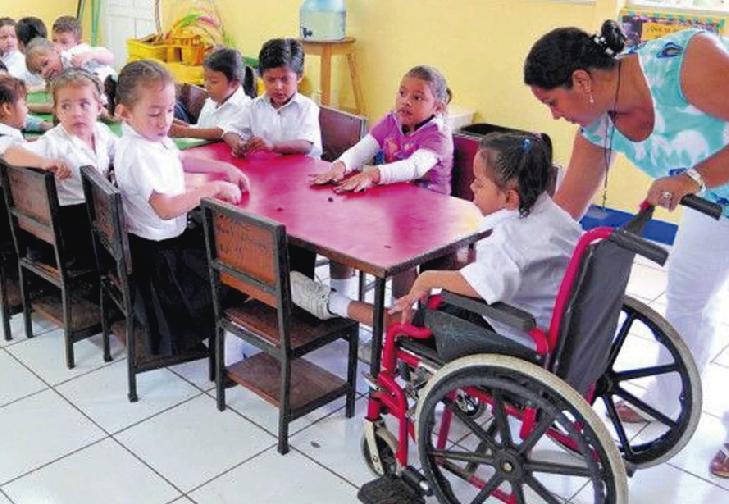 Alumna con discapacidad en salón de clases