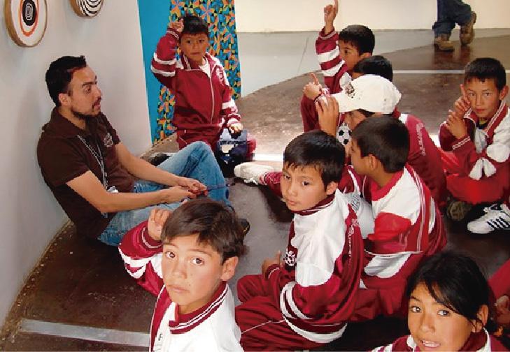Alumnos durante su visita a un museo