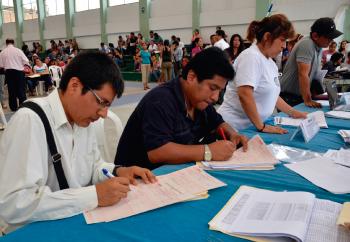 Maestros en proceso de contratación docente en Perú.