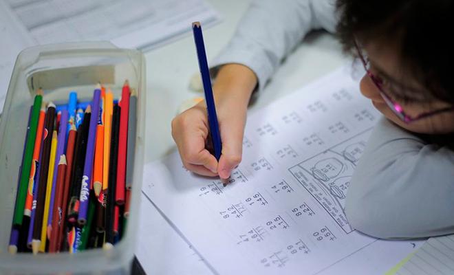 Niño estudiando matemática