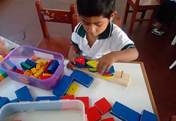 Niños jugando juegos de lógica