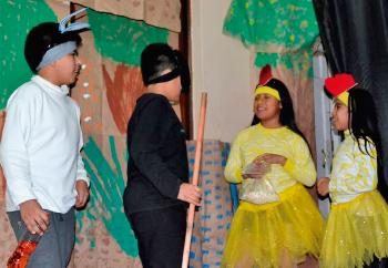 Niños y niñas en una obra de teatro