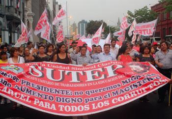 Maestros movilizándose en Lima luchando por la educación peruana de calidad