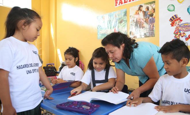Maestra enseñando matemática a sus alumnos