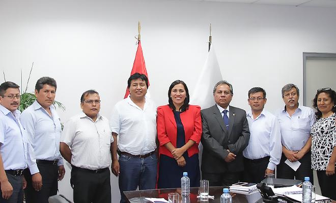 Dirigentes del Sutep con la ministra de educación Flor Pablo Medina