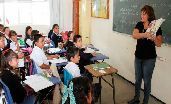 maestra enseñando en aula a sus estudiantes