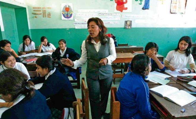 Maestra enseñando a sus alumnos