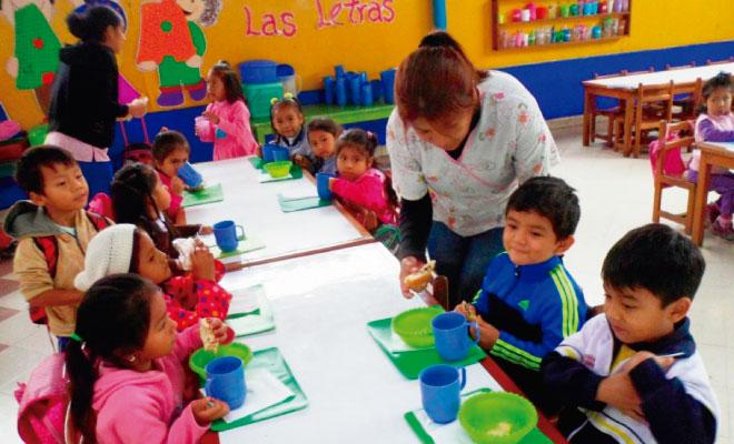 Auxiliares de educación con sus estudiantes