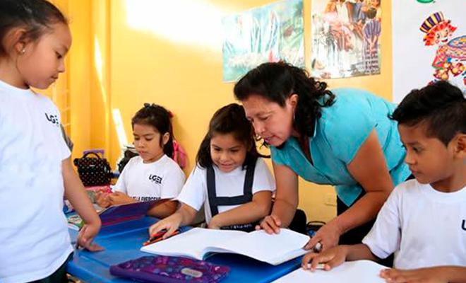 Maestra del sutep dictando clases.