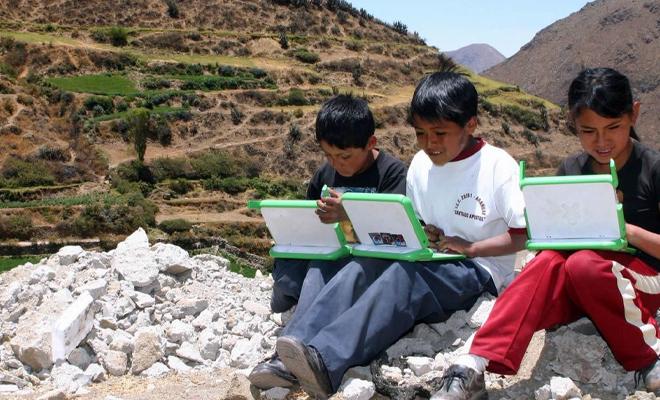 alumnos estudiando en la sierra